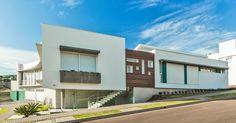 Fachada branca com madeira de Grupo PR Arquitetura - 102834 no Viva Decora