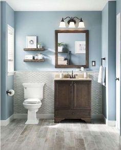 Bagno grigio e azzurro - Bagno in stile classico con rivestimento grigio e pareti azzurre.
