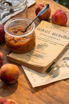 Recept na domáci broskyňový lekvár som našla vNárodnej domácej kuchárke česko-americkej, ktorú napísala Marie Rosická, manželka novinára avydavateľa časopisu Hospodář. Ten vychádzal od roku 1890 vOmahe pre krajanov, ktorí sa rozhodli farmáriť vNovom svete. Marie Rosická zbierala recepty uverejne