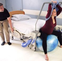 ou accompagnant). Une autre personne (ou un étrier) soutient solidement la jambe