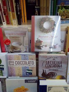 """C'è una fotoreporter in giro per l'Italia, che si è appassionata ai libri usciti da questa piccola cucina. Li scova nei posti più impensati e quando li vede... clic! Oggi li ha catturati in coppia, ma non era un posto a caso: Libreria Feltrinelli di Ancona, dove la signorina Silvia si è premurata di consigliare ai clienti """"Fragole a merenda"""", con un bel bollino rosso: wow! E adesso attendiamo le prossime puntate della nostra fotoreporter preferita: grazie Marcella! #finalmentenatale…"""