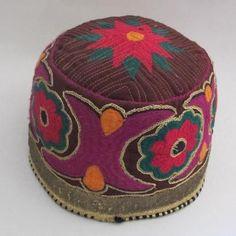 Bonnet adulte en tissu brodé. Kazakstan. Fin le 5/03