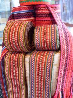 Vevde bånd og belter (Woven ties and belts.) for beltestakk bunad. Inkle Weaving, Inkle Loom, Card Weaving, Weaving Art, Weaving Patterns, Textiles, Passementerie, Weaving Projects, Tear