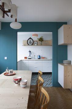 Un bleu-vert ultra mat qui tranche avec le blanc et la blondeur du bois / Archi : ATELIER PREMIER ETAGE