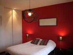 Chambre rouge sous les combles d co chambre d 39 ado gar on pinterest tags et rouge for Chambre a coucher peinture rouge