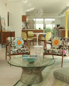Colorful Vintage by Moises Esquenazi & Associates. I want the chandelier, the buffet, and the den chairs (with a different cover). Mid Century Living Room, Home Living Room, Living Spaces, Home Interior Design, Exterior Design, Retro Home, Mid-century Modern, Modern Design, Furniture Makeover