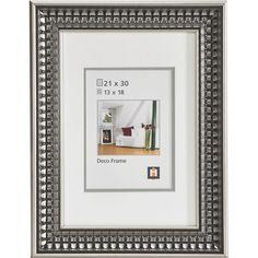 """Der Bilderrahmen """"Genova"""" von NOVEL ist ein echtes Schmuckstück! Ihre Fotos mit einer Größe von ca. 13 x 18 cm finden in diesem praktischen Accessoire mit Passepartout einen optimalen Platz. Der Rahmen ist aus Kunststoff gefertigt und mit einem detailreichen Muster in Silberfarben versehen. Begeistern Sie sich für dieses optische Highlight!"""