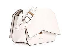 Bellissima, bianchissima, dal taglio davvero singolare: è la borsa Bauletto Bow-Cut di...