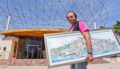 Stafforini con uno de los cuadros a las puertas de la sala de exposiciones del Club Diario de Ibiza. VICENT MARÍ