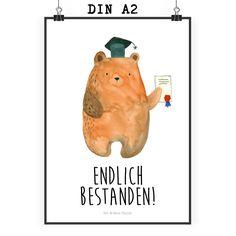 Poster DIN A2 Prüfungsbär aus Papier 160 Gramm  weiß - Das Original von Mr. & Mrs. Panda.  Jedes wunderschöne Poster aus dem Hause Mr. & Mrs. Panda ist mit Liebe handgezeichnet und entworfen. Wir liefern es sicher und schnell im Format DIN A2 zu dir nach Hause.    Über unser Motiv Prüfungsbär  Unser süßer Prüfungsbär hat sich exzellent durch alle Prüfungen gekämpft und hat bestanden! Herzlichen Glückwunsch!     Verwendete Materialien  Es handelt sich um sehr hochwertiges und edles Papier in…
