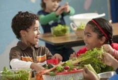 La escuela: un territorio idóneo para prevenir la obesidad infantil | EROSKI CONSUMER. Recientes estudios apuntan a los centros escolares como piezas claves para mejorar la alimentación de los niños