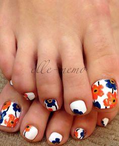 Una flor linda y colorida del diseño del arte en las uñas inspirada.  Utilizando como blanco la capa de base, azul y naranja flores adornan las uñas de los pies dando una pintura brillante y colorido de la flor de las flores en las uñas.  Perfecto para el tiempo de verano.                                                                                                                                                      Más