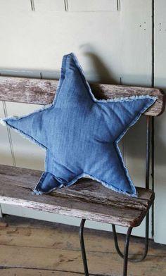 14 ideas chulas para reciclar vaqueros o jeans ¡Yes! - Jeans on! Jean Crafts, Denim Crafts, Mochila Jeans, Artisanats Denim, Denim Decor, Star Cushion, Denim Ideas, Recycled Denim, Sewing Projects