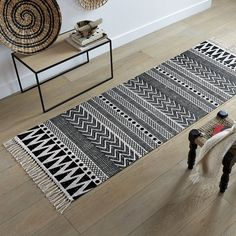 10 rooms with a black look - New Deko Sites Crochet Cow, Hallway Carpet, Love Decorations, Crochet Carpet, Weaving Projects, Patterned Carpet, Kilim Rugs, Rag Rugs, Chair Cushions