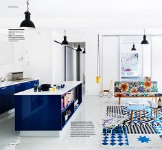 Cooking & living with bold blue/print mix. Love how the pure white backdrop makes these colours pop.