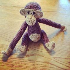 Aben er tilbage :)           Jeg kan glædeligt meddele at den hæklede abe inspireret af Kay Bojesens træabe, er tilbage her på blo...
