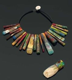 Necklace made of brushes, pencils and pastels: wood and aluminum pigments, inspired by the exhibition celebrating the centenary of the death of the painter Cézanne at the Musée Granet in Aix - en - Provence summer 2006 Funky Jewelry, Recycled Jewelry, Jewelry Crafts, Jewelry Art, Vintage Jewelry, Jewelry Necklaces, Handmade Jewelry, Jewelry Design, Unique Jewelry