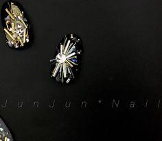 . 上手く撮れなかったな。ふぅ。 と思いながら何気なく黒い所に置くと、 分かりやすっ!!!初歩的。笑 .  すぐ撮れました。笑 何枚もすみません(^^;; .  加工なしです 実際こんな感じです! . 写真難しい . . . #JunJunNail#ジュンジュンネイル#ジェルネイル#gelnail#nailporn#naildesigns#accessory#nailart#nails#nail#네일#美甲#大阪#Osaka#ネイル#プライベートネイルサロン#ネイルアート#ジェルアート#instanail#ネイルデザイン#instanail#fashion#アクセサリーネイル#broach#ブローチ#jewelry#bijounail