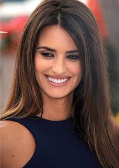 Penelope Cruz smiling and showing off her white teeth Celebrity Teeth, Celebrity Smiles, Celebrity Photos, Penelope Cruze, Hair Color For Morena, Cool Winter, Facial Rejuvenation, White Smile, Corte Y Color
