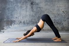 Yoga is a natural way to help alleviate back pain. Here are 12 yoga poses that can help you if you suffer from back pain. Beginner Workouts, Beginner Yoga, Core Workouts, Yoga Routine, Workout For Beginners, Yoga For Beginners, Poses Yoga Faciles, Yoga Fitness, Workout Fitness
