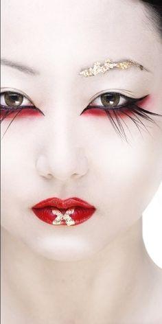 Beautiful Geisha-inspired Make-Up Kiss Makeup, Makeup Art, Beauty Makeup, Eye Makeup, Hair Makeup, Runway Makeup, Make Up Looks, Geisha Make-up, Japanese Geisha