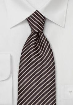 Hochwertig verarbeit in 100% reiner Seide, besticht diese edle Krawatte. http://www.krawattenforum.com/seidenkrawatte-dunkelbraun-p-12353.html