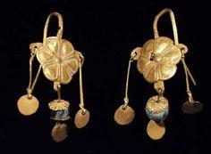 Orecchini romani in oro con perle in vetro blu del III sec. Renaissance Jewelry, Medieval Jewelry, Ancient Jewelry, Victorian Jewelry, Roman Jewelry, Old Jewelry, Antique Jewelry, Antique Earrings, Women's Earrings