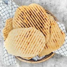Grillade parmesanbröd | Recept ICA.se Snack Recipes, Snacks, Parmesan, Camembert Cheese, Clean Eating, Chips, Rolls, Sweets, Flat