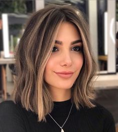 Easy and Simple Cute Hairstyles Ideas for Medium Length Hair Brown Hair Balayage, Brown Blonde Hair, Short Hair With Balayage, Balayage Brunette Short, Bronde Lob, Short Brunette Hair, Short Brown Hair With Blonde Highlights, Brown Highlighted Hair, Caramel Balayage Bob