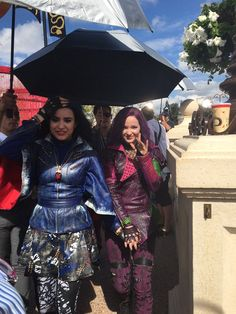 Sofia Carson and Dove Cameron Descendants Wicked World, Disney Channel Movies, Disney Channel Descendants, Descendants Cast, Sofia Carson, Cameron Boyce, Hairspray Live, Mal And Evie, Disney Decendants