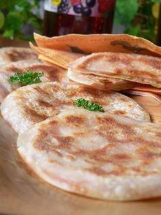 ❤ 餃子の皮のまん丸ハムチーズサンド ❤ 材料 (6個分) 餃子の皮(大判)12枚 ハム6枚 白ねぎ約10㎝分 チーズ(ピザ用またはスライス)適量 ●マヨネーズ20~30g ●コチュジャン お好みの量