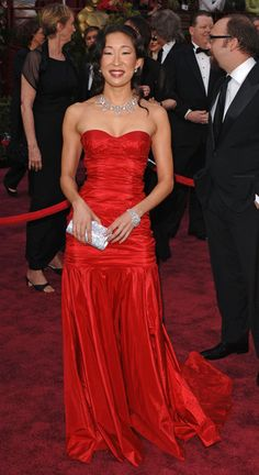 Sandra Oh Strapless Dress - Sandra Oh was a vision in red in a Michael Kors gown at the 2005 Academy Awards. She finished off the look with red lips and diamond jewelry. Sandra Oh, Greys Anatomy Characters, Oscar Dresses, Youre My Person, Famous Women, Yang Grey's Anatomy, Asian Woman, Lady In Red, Evening Gowns