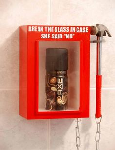 Muy buena acción de #Axe para comunicar las características de sus productos.  Break the glass in case she said no PD