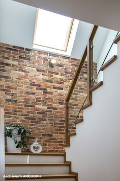 Dom w lantanach Home Stairs Design, Home Interior Design, Small House Design, Modern House Design, Living Room Wall Designs, Luxury Staircase, Homer Decor, Stair Walls, Beautiful Home Designs