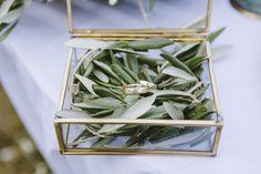 Ringbox in Gold mit Olivenzweigen - Frühlingshafte Hochzeitsinspirationen in Gelb und Olivgrün | Hochzeitsblog The Little Wedding Corner