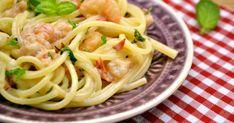Mennyei Tejszínes garnélás spagetti recept! A tésztaételek előnye, hogy villámgyorsan elkészülnek. Ez a recept sem igényel túl sok időt, ráadásul pénztárcabarát (főleg koktél garnéla esetében) és egy pohár fehérbor kíséretében tökéletes vacsora lehet egy hosszú nap után. :)