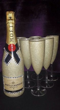 Awesome Home Decor Ideas on a Budget - Repurposed DIY Wine Bottle Crafts Glitter Champagne Bottles, Bling Bottles, Glitter Wine Glasses, Diy Wine Glasses, Glitter Gifts, Decorated Liquor Bottles, Decorated Wine Glasses, Painted Wine Glasses, Wine Bottle Holders