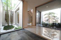 二つの庭に面した玄関ホール