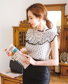 Black trim ruffled collar lace blouse.