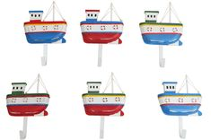 Sechs süße kleine und bunte Kinderkleiderhaken im Set mit tollen bunten Segelschiffen.