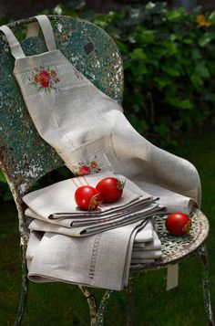 The fabric choice is so calm and simple-yet invites you to put on the apron and enjoy a fruitful day!