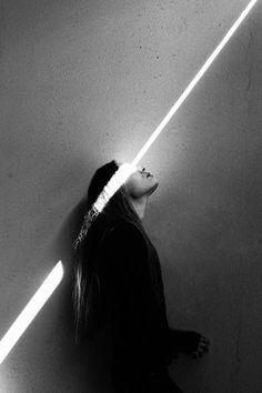 er is een straal licht die op het meisje schijnt. ze staat volop in het licht
