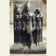 """""""Mykerinos entre la diosa Hathor y el nomo de Kynópolis"""", mediados del tercer milenio a. C., dinastía IV #Magarte #MuseodelCairo #escultura #Egipto #tríadademicerino"""