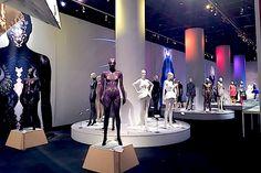 日本で唯一のファッション美術館 神戸ファッション美術館(神戸市六甲アイランド)で、デジタルとファッションの関係を探る展覧会「デジタル×ファッション:二進法からアンリアレイジ、ソマルタまで」展が始まった。会場では「アンリアレイジ(ANREALAGE)」がパリコレに出品した「SHADOW(邦題:光)」や「LIGHT」、ソマルタが本展のために3Dプリンタでつくった等身大の「Asura」像も展示されている。首席学芸員の浜田久仁雄氏は「18年前の美術館開館以来、もっともやりたかった展覧会」と熱い思いを語った。「アンリアレイジの森永邦彦さんは言葉を大切に扱うデザイナー。通常、言葉は文字として記号化されるが、彼はそれをファッションとして記号化する。廣川玉枝さんは徹底して美しさを意識するデザイナー」と今回の主役である2人のデザイナーを紹介した。(写真・文:ジャーナリスト 林 信行)