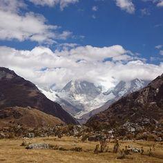 El camino al cielo se vislumbra entre las montañas. #Huascarán #Huaraz #Ancash #Peru #bluesky #bleu #blue #skyporn #travelphotography #andes #Mountains #wanderlust #explore #adventure #trekking...