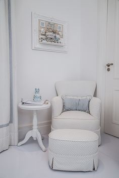 Quarto do bebê de Maria Rudge | Almoço de sexta Baby Bedroom, Kids Bedroom, Light Blue Nursery, Style Baby, Baby Boy Nurseries, Kid Spaces, Kids And Parenting, Accent Chairs, Armchair