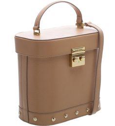 Esbanjando estilo, essa bolsa de couro em tamanho médio vem toda moderna para imprimir atitude em suas produções. A peça estruturada não passa despercebida, pois apesar do tom Nude Vintage e dos deta