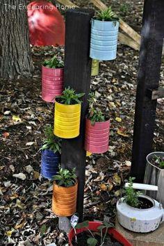 Ein paar Dosen an eine Holzleiste genagelt und mit Erde befüllt - und schon hast du einen kleinen Kräutergarten. Auch ideal für den Balkon.