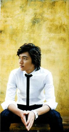 Lee Min Ho ♡ Rocking out a skinny tie which looks so good on him for a formal casual day