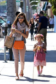 mommy style - Jessica Alba looks great in blush colored jeans and scarf and finishes the look with a bright orange cross-over bag. Jessica Alba Style, Mommy Style, Her Style, Celebrity Moms, Celebrity Style, Scarf, Halloween Makeup Looks, Orange Bag, Star Fashion